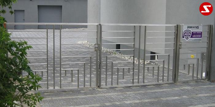 <table border='0' width='100%' cellspacing='0' cellpadding='0'> <tbody> <tr> <td> <p>Beschreibung:</p> Designer Zweiflügeltor - Einfahrtstor mit Stäben und Lochblech</td> </tr> <tr> <td> <p>Materialausführung:</p> <ul> <li>Edelstahl 1.4301, geschliffen (gebürstet), Aufpreis hochglanzpoliert 30%</li> <li>Außenrahmen Vierkant Stäbe</li> </ul> </td> </tr> </tbody> </table> <p>Preis auf Anfrage</p>