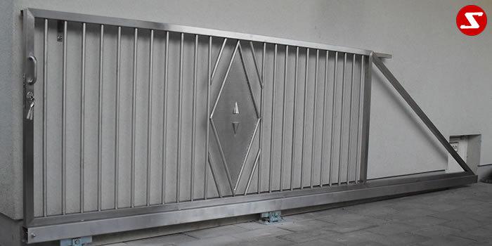 <table border='0' width='100%' cellspacing='0' cellpadding='0'> <tbody> <tr> <td> <p>Beschreibung:</p> Schiebe-Einfahrtstor mit Stäben und Lochblechverzierung</td> </tr> <tr> <td> <p>Materialausführung:</p> <ul> <li>Edelstahl 1.4301, geschliffen (gebürstet), Aufpreis hochglanzpoliert 30%</li> <li>Rahmen Vierkant</li> <li>Lochblech 1,5mm</li> </ul> </td> </tr> </tbody> </table> <p>Preis auf Anfrage</p>