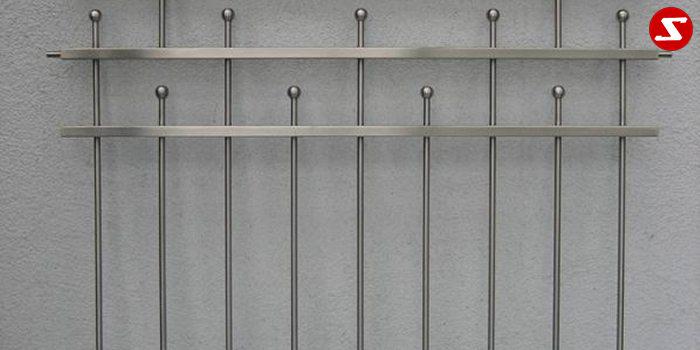 <table border='0' width='100%' cellspacing='0' cellpadding='0'> <tbody> <tr> <td width='522'><p>Beschreibung:</p> Edelstahl Fenstergitter mit senkrechten Sprossen und Kugeln </td> </tr> <tr> <td><p>Materialausführung:</p> <ul> <li>Edelstahl 1.4301, geschliffen = V2A (Korn 240)</li> <li>Stahl verzinkt, Stahl verzinkt + RAL pulverbeschichtet</li> <li>Profil: 20 x 15 x 1,5 mm</li> <li>Sprossen – volles Material Ø 12 mm</li> <li>Kugeln Ø 20 mm Befestigungsbolzen Abdeckplatten/Rosetten</li> </ul> </td> </tr> <tr> <td><p>Richtpreis pro m²:</p> <table border='0' width='80%' cellspacing='0' cellpadding='0'> <tbody> <tr> <td width='63%'>Fenstergitter mit senkrechten Sprossen in den Ausführungen:</td> <td width='20%' height='47'>1m²</td> <td width='17%'>ab 10m²</td> </tr> <tr> <td>Edelstahl 1.4301 geschliffen = V2A</td> <td height='34'>456,00</td> <td>434,00</td> </tr> <tr> <td>Stahl verzinkt, RAL pulverbeschichtet</td> <td height='34'>420,00</td> <td>398,00</td> </tr> </tbody> </table> </td> </tr> </tbody> </table>