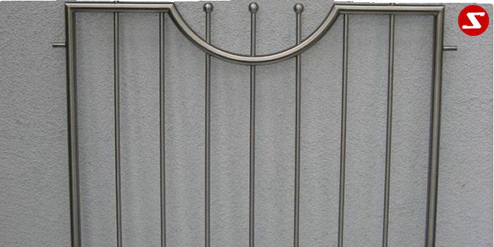 <table border='0' width='100%' cellspacing='0' cellpadding='0'> <tbody> <tr> <td width='522'><p>Beschreibung:</p> Edelstahl Fenstergitter mit senkrechten Sprossen inkl. Kugeln </td> </tr> <tr> <td><p>Materialausführung:</p> <ul> <li>Edelstahl 1.4301, geschliffen = V2A (Korn 240)</li> <li>Stahl verzinkt, Stahl verzinkt + RAL pulverbeschichtet</li> <li>Rahmen Ø 25 x 2 mm</li> <li>Sprossen – volles Material Ø 12 mm</li> <li>Kugeln Ø 20 mm</li> <li>Befestigungsbolzen oder Befestigungsschrauben, Abdeckplatten/Rosetten</li> </ul> </td> </tr> <tr> <td><p>Richtpreis pro m²:</p> <table border='0' width='80%' cellspacing='0' cellpadding='0'> <tbody> <tr> <td width='63%'>Fenstergitter mit senkrechten Sprossen in den Ausführungen:</td> <td width='20%' height='47'>1m²</td> <td width='17%'>ab 10m²</td> </tr> <tr> <td>Edelstahl 1.4301 geschliffen = V2A</td> <td height='34'>456,00</td> <td>434,00</td> </tr> <tr> <td>Stahl verzinkt, RAL pulverbeschichtet</td> <td height='34'>420,00</td> <td>398,00</td> </tr> </tbody> </table> </td> </tr> </tbody> </table>