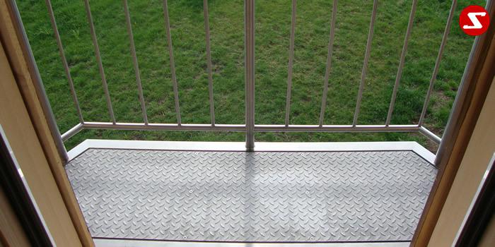 <table border='0' width='100%' cellspacing='0' cellpadding='0' > <tbody> <tr> <td><p>Beschreibung:</p> Französischer Balkon aus Niro mit senkrechten Sprossen Balkon ist begehbar. Der kann z.B. als Raucherbalkon verwendet werden . Relinggeländer</td> </tr> <tr> <td><p>Materialausführung:</p> <ul> <li>Edelstahl 1.4301, geschliffen</li> <li>Stahl verzinkt RAL pulverbeschichtet</li> <li>Handlauf Ø 42,4 x 2 mm</li> <li>Pfosten Ø 30 x 2 mm</li> <li>Oberer und unterer Gurt Ø 25 x 2 mm</li> <li>Sprossen – volles Material Ø 12 mm</li> <li>Balkonboden Konstruktion 100 x 50 x 3 mm</li> <li>Flacheisen: 10 mm</li> <li>Riffelblechboden Stärke 3 mm oder Gitterrostboden</li> <li>Befestigungsbolzen oder Befestigungsschrauben, Abdeckplatten, Rosetten</li> </ul> </td> </tr> <tr> <td>Franz. Balkon mit senkrechten Sprossen, begehbar in den Ausführungen:</td> </tr> <tr> <td>Mit Riffelblech- oder Gitterrostboden</td> </tr> <tr> <td><p>Preisbeispiel für einen Balkon mit den Maßen, B1,40 m x H1,00 m x T0,40 m</p> <ul> <li>Edelstahl € 1.490,00</li> <li>Stahl verzinkt € 1.190,00</li> </ul> </td> </tr> </tbody> </table>
