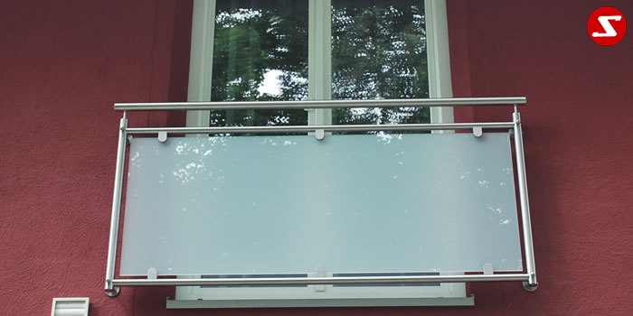 <table border='0' width='100%' cellspacing='0' cellpadding='0' > <tbody> <tr> <td> <p>Beschreibung:</p> Französischer Balkon mit VSG-Sicherheitsglas Stärke 8.76mm</td> </tr> <tr> <td> <p>Materialausführung:</p> <ul> <li>Edelstahl 1.4301, geschliffen Aluminium</li> <li>RAL pulverbeschichtet</li> <li>Stahl verzinkt RAL pulverbeschichtet</li> <li>Handlauf und Pfosten Ø 42 x 2 mm</li> <li>Oberer und unterer Gurt Ø 30 x 2 mm</li> <li>VSG Sicherheitsglas: 8,76 mm</li> <li>Farbe: Milchglas oder Klarglas, andere Farben gegen Aufpreis</li> <li>Befestigungsbolzen oder Befestigungsschrauben</li> <li>Abdeckplatten, Rosetten</li> <li>Klemmglashalter</li> </ul> </td> </tr> <tr> <td> <p>Richtpreis pro m²:</p> <table border='0' width='80%' cellspacing='0' cellpadding='0' > <tbody> <tr> <td width='62%'> <p>Franz. Balkon mit VSG-Sicherheitsglas in den Ausführungen:</p> </td> <td width='19%'> <p>1m²</p> </td> <td width='19%'> <p>ab 10m²</p> </td> </tr> <tr> <td>Edelstahl 1.4301 geschliffen = V2A</td> <td> <p>442,00</p> </td> <td> <p>420,00</p> </td> </tr> <tr> <td>Aluminium RAL pulverbeschichtet</td> <td> <p>420,00</p> </td> <td> <p>398,00</p> </td> </tr> <tr> <td>Stahl verzinkt, RAL pulverbeschichtet</td> <td> <p>410,00</p> </td> <td> <p>389,00</p> </td> </tr> </tbody> </table> </td> </tr> </tbody> </table>