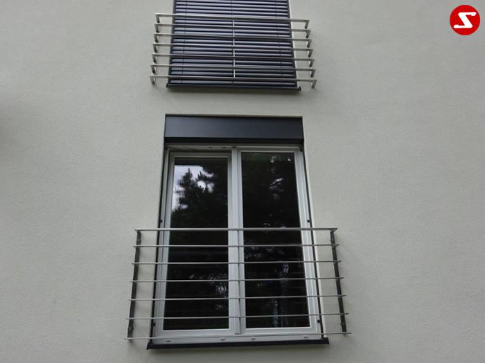 <table border='0' width='100%' cellspacing='0' cellpadding='0'> <tbody> <tr> <td > <p>Beschreibung:</p> Französischer Balkon aus Edelstahl mit waagrechten Sprossen/Flacheisen, Relinggeländer</td> </tr> <tr> <td> <p>Materialausführung:</p> <ul> <li>Edelstahl 1.4301, geschliffen</li> <li>Aluminium RAL pulverbeschichtet</li> <li>Stahl verzinkt RAL pulverbeschichtet</li> <li>Handlauf 40 x 20 x 2 mm</li> <li>waagr. Sprossen Flacheisen 40 x 10 mm</li> <li>senkr. Sprosse Ø 12 mm volles Material</li> <li>seitlicher Rahmen Flacheisen 40 x 10 mm</li> <li>Befestigungsbolzen oder Befestigungsschrauben</li> </ul> </td> </tr> <tr> <td> <p>Richtpreis pro m²:</p> <table border='0' width='80%' cellspacing='0' cellpadding='0'> <tbody> <tr> <td width='62%'>Franz. Balkon mit waagr. Sprossen in den Ausführungen:</td> <td width='19%' >1m²</td> <td width='19%'>ab 10m²</td> </tr> <tr> <td>Edelstahl 1.4301 geschliffen = V2A</td> <td>620,00</td> <td>585,00</td> </tr> <tr> <td>Aluminium RAL pulverbeschichtet</td> <td>590,00</td> <td>560,00</td> </tr> <tr> <td>Stahl verzinkt, RAL pulverbeschichtet</td> <td>520,00</td> <td>490,00</td> </tr> </tbody> </table> </td> </tr> </tbody> </table>