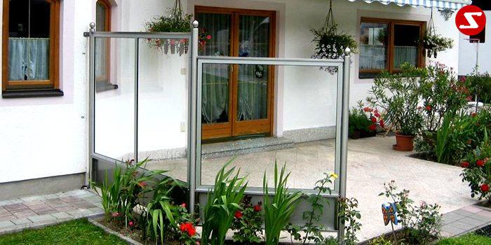 <table border='0' width='100%' cellspacing='0' cellpadding='0'> <tbody> <tr> <td> <p>Beschreibung:</p> Edelstahl Wind/Wand – Sichtschutz - Windfang</td> </tr> <tr> <td> <p>Materialausführung:</p> <ul> <li>Edelstahl 1.4301, geschliffen</li> <li>Pfosten Ø 60 x 2 mm</li> <li>Befestigungsbolzen oder Befestigungsschrauben, Montageplatten 150 x 150 x 10 mm</li> <li>Kugeln Ø 6 cm Rosetten (optional € 18/Stk.)</li> <li>Farbe: Klar oder Milch, andere Farben sowie ESG Sicherheitsglas gegen Aufpreis</li> </ul> <p>Sicherheitsglas-Erläuterung:</p> <p>VSG: Verbund-Sicherheitsglas, bestehend aus zwei Glasscheiben mit einer reißfesten und zähelastischen Folie dazwischen. Kein Herabfallen von Scherbern. Schalldämmende Wirkung. Für die meisten Balkone und Geländer an Wohnhäusern vollkommen ausreichend.</p> <p>ESG: Einscheiben-Sicherheitsglas, bestehend aus einer Glasschreibe, wärmebehandelt (auch mit Folie kombinierbar). Daraus entsteht im Kern eine Zug- und an der Oberfläche eine Druckspannung. ESG-Sicherheitsglas hat eine erhöhte Stoß- und Schlagfestigkeit. Unempfindlich auf größere Temperaturunterschiede. Bei Beschädigung zerfällt es in kleine Scheiben. ESG-Sicherheitsglas ist in der Produktion teurerer als VSG-Sicherheitsglas.</p> </td> </tr> </tbody> </table> <p>Preis auf Anfrage</p>
