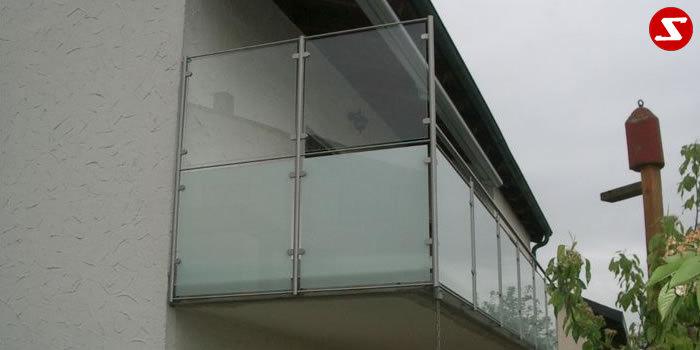 <table border='0' width='100%' cellspacing='0' cellpadding='0'> <tbody> <tr> <td> <p>Beschreibung:</p> Edelstahl Windschutz mit VSG-Sicherheitsglas auf einem Balkon montiert</td> </tr> <tr> <td> <p>Materialausführung:</p> <ul> <li>Edelstahl 1.4301, geschliffen</li> <li>Pfosten Ø 42 mm Unterer</li> <li>Gurt - volles Material Ø 12 mm</li> <li>Befestigungsbolzen oder Befestigungsschrauben, Montageplatten, Klemmglashalter, Rosetten(optional € 18/Stk.)</li> <li>Farbe: Klar oder Milch, andere Farben sowie ESG Sicherheitsglas gegen Aufpreis</li> </ul> <p>Sicherheitsglas-Erläuterung:</p> <p>VSG: Verbund-Sicherheitsglas, bestehend aus zwei Glasscheiben mit einer reißfesten und zähelastischen Folie dazwischen. Kein Herabfallen von Scherbern. Schalldämmende Wirkung. Für die meisten Balkone und Geländer an Wohnhäusern vollkommen ausreichend.</p> <p>ESG: Einscheiben-Sicherheitsglas, bestehend aus einer Glasschreibe, wärmebehandelt (auch mit Folie kombinierbar). Daraus entsteht im Kern eine Zug- und an der Oberfläche eine Druckspannung. ESG-Sicherheitsglas hat eine erhöhte Stoß- und Schlagfestigkeit. Unempfindlich auf größere Temperaturunterschiede. Bei Beschädigung zerfällt es in kleine Scheiben. ESG-Sicherheitsglas ist in der Produktion teurerer als VSG-Sicherheitsglas.</p> </td> </tr> </tbody> </table> <p>Preis auf Anfrage</p>