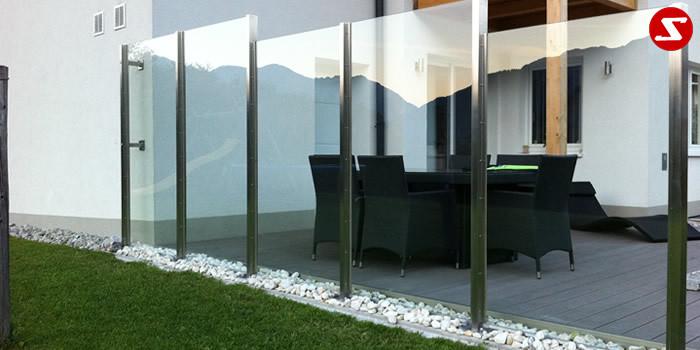 <table border='0' width='100%' cellspacing='0' cellpadding='0'> <tbody> <tr> <td>Beschreibung:Edelstahl Windschutz mit VSG-Sicherheitsglas</td> </tr> <tr> <td>Materialausführung: <ul> <li>Edelstahl 1.4301, geschliffen</li> <li>VSG-Sicherheitsglas 10 mm mittels Winkel 25 x 25 x 2 mm und Gummiauflagen befestigt</li> <li>Pfosten 80 x 40 x 3 mm, Anschraubplatten 200 x 200 x 10 mm</li> <li>Befestigungsbolzen oder Befestigungsschrauben</li> <li>Farbe: Klar oder Milch, andere Farben sowie ESG Sicherheitsglas gegen Aufpreis</li> </ul> <p>Sicherheitsglas-Erläuterung:</p> <p>VSG: Verbund-Sicherheitsglas, bestehend aus zwei Glasscheiben mit einer reißfesten und zähelastischen Folie dazwischen. Kein Herabfallen von Scherbern. Schalldämmende Wirkung. Für die meisten Balkone und Geländer an Wohnhäusern vollkommen ausreichend.</p> <p>ESG: Einscheiben-Sicherheitsglas, bestehend aus einer Glasschreibe, wärmebehandelt (auch mit Folie kombinierbar). Daraus entsteht im Kern eine Zug- und an der Oberfläche eine Druckspannung. ESG-Sicherheitsglas hat eine erhöhte Stoß- und Schlagfestigkeit. Unempfindlich auf größere Temperaturunterschiede. Bei Beschädigung zerfällt es in kleine Scheiben. ESG-Sicherheitsglas ist in der Produktion teurerer als VSG-Sicherheitsglas.</p> </td> </tr> </tbody> </table> <p>Preis auf Anfrage</p>