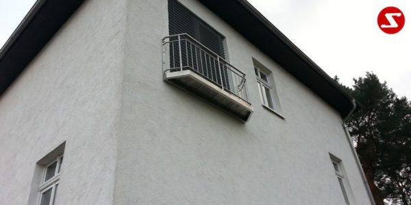 Französische Balkone sind eine Absturzsicherung. Unsere hoch qualitative französische Balkone kann man mit senkrechten Sprossen, vertikalen Reling bestellen. Bestellen Sie günstig und unkompliziert ihren französischen Balkon. Unsere französische Balkone sind zeitlos und pflegeleicht. Einfache Bestellung, Günstige Preise. Einfache Montage des franz. Balkons. Wir bieten wunderschöne französische Balkone als Absturzsicherung. Bestellen Sie günstig ihren Balkon aus Aluminium, Edelstahl-Niro oder Stahl. Bestellen Sie unkompliziert einen Modernen und praktischen franz. Balkon mit senkrechten, vertikalen Sprossen. Sehr eleganter, moderner und hoch qualitativer französische Balkongeländer gibt Ihrem Haus ein wunderschönes Design. Höchste Qualität. Einfache Bestellung und schnelle Abwicklung. Faire Preise. Produktion nach Kundenwunsch und Maß. Französischer Balkon mit senkrechten, Sprossen, vertikalem Reling, Draht aus Edelstahl, Stahl verzinkt oder Aluminium. Höchste Qualität. Faire, günstige Preise. Einfache Abwicklung. Geländer für Balkone, Terrassen mit waagrechten Sprossen. Produktion nach Kundenwunsch und nach Maß. französischer-balkon-ss12