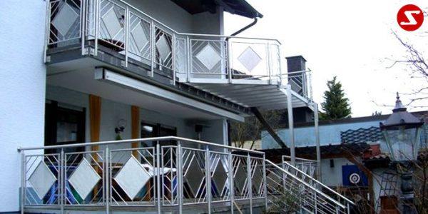 Balkongeländer. Terrassen-Geländer. Treppen-Geländer als Absturzsicherung. Edelstahl, Aluminium, Stahl. Günstig bestellen. Geländer mit Edelstahl-Platten. Geländer mit Lochblechplatten. Platten Laser ausgeschnitten. Perforierte Niro-Platten. Edelstahl Geländer. Geländer für Balkone. Geländer für Terrasse. Einfache Bestellung. Einfache Geländer Montage. Terrassengeländer. Geländer günstig. Balkongeländer günstig. Terrassengeländer günstig.