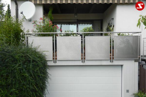 Balkongeländer. Terrassen-Geländer. Geländer als Absturzsicherung. Edelstahl Balkongeländer. Geländer aus Aluminiumplatten, Geländer aus Stahl. Geländer günstig bestellen. Geländer mit Edelstahl-Platten kaufen. Geländer mit Lochblechplatten. Geländer Platten Laser ausgeschnitten. Geländer mit perforierten Niro-Platten. Edelstahl Geländer mit Blechplatten. Geländer für Balkone aus Edelstahl. Geländer für Terrasse. Geländer einfache Bestellung. Einfache Geländer Montage. Terrassengeländer günstig kaufen. Geländer günstig. Balkongeländer günstig. Terrassengeländer günstig. Schlosserei für Geländer finden. Schlosser finden.