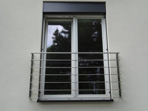 Französische Balkone sind eine Absturzsicherung für Bodentiefen Fenster und Türen. Unseren hoch qualitativen französischen Balkonen kann man mit waagrechten Sprossen, quer Stangen bestellen. Bestellen Sie günstig und unkompliziert ihren französischen Balkon. Unsere französischen Balkone sind zeitlos und pflegeleicht. Einfache Bestellung und Abwicklung. Günstige Preise. Einfache Montage des französischen Balkons. Bestellen Sie günstig ihren Balkon aus Aluminium, Edelstahl-Niro oder Stahl. Französischer Balkon ist modernen und praktisch. Sehr eleganter, moderner und hoch qualitativer französischer Balkon gibt Ihrem Haus ein wunderschönes Design. Höchste Qualität. Einfache Bestellung und schnelle Abwicklung. Faire Preise. Produktion nach Kundenwunsch und Maß. Französischer Balkon mit waagrechten sprossen-horizontalen Sprossen, -quer Reling-Draht aus Edelstahl, Stahl verzinkt oder Aluminium.