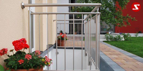 Balkongeländer, Terrassengeländer mit senkrechten, vertikalen Sprossen, Relling, Draht aus Edelstahl, Stahzl verzinkt oder Aluminium. Höchste Qualität. Faire, günstige Preise. Enfache Abwicklung. Geländer für Balkone, Terrassen mit senkrechten Sprossen. Produktion nasch Kundenwunsch und nach Maß. balkongeländer-senkrechtesprossen-ss2