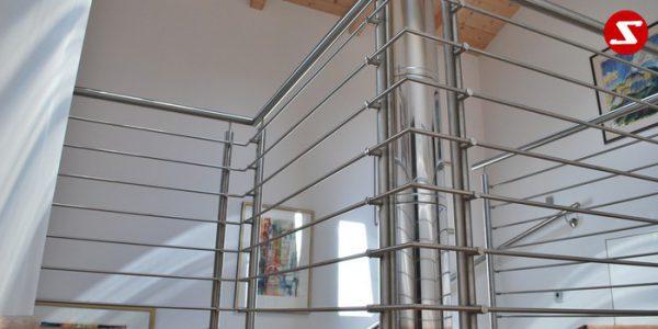 Balkongeländer, Terrassengeländer mit waagrechten Sprossen, horizontalen Sprossen, Reling, Draht quer Reling. Geländer wird aus Edelstahl, Stahl verzinkt oder Aluminium produziert. Höchste Qualität. Günstige Geländer Preise. Geländer für Balkone, Terrassen mit waagrechten Sprossen. Geländer produktion nach Kundenwunsch und nach Maß. balkongeländer-waagrechtesprossen-ws1