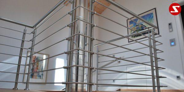 Balkongeländer, Terrassengeländer mit waagrechten Sprossen, horizontalen Sprossen, Reling, Draht quer Reling. Geländer wird aus Edelstahl, Stahl verzinkt oder Aluminium produziert. Höchste Qualität. Günstige Geländer Preise. Geländer für Balkone, Terrassen mit waagrechten Sprossen. Geländer produktion nach Kundenwunsch und nach Maß. . balkongeländer-waagrechtesprossen-ws1