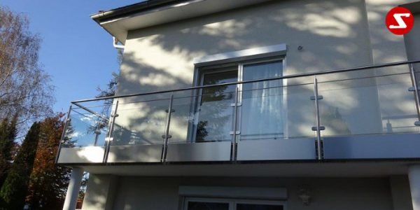 Balkongeländer mit Glas. Terrassen-Geländer mit Sicherheitsglas. Treppen-Geländer mit Sicherheitsglas. Absturzsicherung mit Glasplatten. Aluminium. Stahl verzinkt. Geländer günstig. Geländer-Design mit Glas. Sicherheitsglas VSG, ESG, ESG/VSG kombiniert. Edelstahl Sicherheitsgeländer für Balkone und Terrassen. Einfache Bestellung. Günstige Preise. Einfache Geländer Montage. Absturzsicherung mit Sicherheitsglas. Geländer- Design (Wind-und Sichtschutz). Edelstahl Geländer für Balkone. Geländer pflegeleicht. Balkongeländer. Terrassen-Geländer mit Sicherheitsglas. Höchste Qualität. Einfache Bestellung. Faire Preise. Produktion nach Kundenwunsch und Maß. Glas mit Klemm-Glas-Halter. Sicherheitsglas mit Punkthalter. Löchern im Sicherheitsglas.