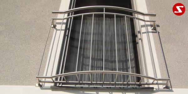 Unsere französische Balkone mit senkrechten Sprossen genannt auch vertikal Reling sind außergewöhnlich interessant und unterscheiden sich von anderen durch das schöne Design und die beste Bearbeitung. Unsere elegante, moderne und hoch qualitative französische Balkone werde aus Edelstahl(Niro), Aluminium oder Stahl als Absturzsicherung produziert. Ihre französische Balkone mit vertikalen Sprossen können nach Wunsch mit Pulver Beschichtung lackiert werde. Wir bieten die höchste Qualität an. Sie können bei unserem Familienbetrieb seit 1992 sehr einfach Ihren gewünschten französischen Balkon bestellen. Wir garantiere eine freundliche und schnelle Abwicklung sowie faire Preise. Wir produzieren nach Kundenwunsch und Maß. Sie können ein Design des französischen Balkons aus unserer Website bestellen oder wir produzieren Ihren französischen Balkon nach Ihrem eigenen Design. französischer-balkon-ss11