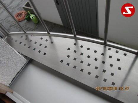 Französische Balkone sind eine Absturzsicherung. Unsere hoch qualitative französische Balkone kann man mit senkrechten Sprossen, vertikalen Reling bestellen. Bestellen Sie günstig und unkompliziert ihren französischen Balkon. Unsere französische Balkone sind zeitlos und pflegeleicht. Einfache Bestellung, Günstige Preise. Einfache Montage des franz. Balkons. Wir bieten wunderschöne französische Balkone als Absturzsicherung. Bestellen Sie günstig ihren Balkon aus Aluminium, Edelstahl-Niro oder Stahl. Bestellen Sie unkompliziert einen Modernen und praktischen franz. Balkon mit senkrechten, vertikalen Sprossen. Sehr eleganter, moderner und hoch qualitativer französische Balkongeländer gibt Ihrem Haus ein wunderschönes Design. Höchste Qualität. Einfache Bestellung und schnelle Abwicklung. Faire Preise. Produktion nach Kundenwunsch und Maß. Französischer Balkon mit senkrechten, Sprossen, vertikalem Reling, Draht aus Edelstahl, Stahl verzinkt oder Aluminium. Höchste Qualität. Faire, günstige Preise. Einfache Abwicklung. Geländer für Balkone, Terrassen mit waagrechten Sprossen. Produktion nach Kundenwunsch und nach Maß.