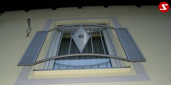Französische Balkone mit Edelstahlplatten dienen als eine Absturzsicherung. Unsere hoch qualitativen französischen Balkone kann man mit Lochblech-Platten, perforierten Platten, vollen Blechplatten bestellen. Bestellen Sie den französischen Balkon günstig und unkompliziert. Unsere französischen Balkone sind zeitlos und pflegeleicht. Einfache Montage des französischen Balkons. Bestellen Sie günstig ihren Balkon aus Aluminium, Edelstahl-Niro oder Stahl. Kaufen Sie einen Modernen und praktischen französischen Balkon mit Edelstahl-Blech-Platten. Moderner französischer Balkon gibt Ihrem Haus ein wunderschönes Design. Höchste Qualität. Einfache Bestellung und schnelle Abwicklung. Faire Preise. Französischer Balkon nach Kundenwunsch und Maß. Französischer Balkon mit senkrechten, Sprossen, vertikalem Reling, Draht aus Edelstahl, Stahl verzinkt oder Aluminium. Höchste Qualität. Faire, günstige Preise. Einfache Abwicklung. Geländer für Balkone, Terrassen mit waagrechten Sprossen. Produktion nach Kundenwunsch und nach Maß. . Französischer Balkon Nr. EP 2
