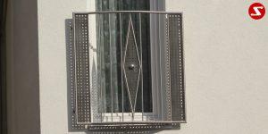 Französische Balkone mit Edelstahlplatten dienen als eine Absturzsicherung. Unsere hoch qualitativen französischen Balkone kann man mit Lochblech-Platten, perforierten Platten, vollen Blechplatten bestellen. Bestellen Sie den französischen Balkon günstig und unkompliziert. Unsere französischen Balkone sind zeitlos und pflegeleicht. Einfache Montage des französischen Balkons. Bestellen Sie günstig ihren Balkon aus Aluminium, Edelstahl-Niro oder Stahl. Kaufen Sie einen Modernen und praktischen französischen Balkon mit Edelstahl-Blech-Platten. Moderner französischer Balkon gibt Ihrem Haus ein wunderschönes Design. Höchste Qualität. Einfache Bestellung und schnelle Abwicklung. Faire Preise. Französischer Balkon nach Kundenwunsch und Maß. Französischer Balkon mit senkrechten, Sprossen, vertikalem Reling, Draht aus Edelstahl, Stahl verzinkt oder Aluminium. Höchste Qualität. Faire, günstige Preise. Einfache Abwicklung. Geländer für Balkone, Terrassen mit waagrechten Sprossen. Produktion nach Kundenwunsch und nach Maß. Französischer Balkon Nr. EP 2#2