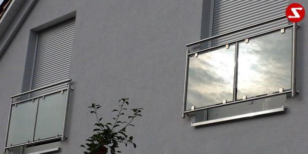 Französische Balkone sind eine Absturzsicherung. Unsere hoch qualitative französische Balkone kann man mit senkrechten Sprossen, vertikalen Reling bestellen. Bestellen Sie günstig und unkompliziert ihren französischen Balkon. Unsere französische Balkone sind zeitlos und pflegeleicht. Einfache Bestellung, Günstige Preise. Einfache Montage des franz. Balkons. Wir bieten wunderschöne französische Balkone als Absturzsicherung. Bestellen Sie günstig ihren Balkon aus Aluminium, Edelstahl-Niro oder Stahl. Bestellen Sie unkompliziert einen Modernen und praktischen franz. Balkon mit senkrechten, vertikalen Sprossen. Sehr eleganter, moderner und hoch qualitativer französische Balkongeländer gibt Ihrem Haus ein wunderschönes Design. Höchste Qualität. Einfache Bestellung und schnelle Abwicklung. Faire Preise. Produktion nach Kundenwunsch und Maß. Französischer Balkon mit senkrechten, Sprossen, vertikalem Reling, Draht aus Edelstahl, Stahl verzinkt oder Aluminium. Höchste Qualität. Faire, günstige Preise. Einfache Abwicklung. Geländer für Balkone, Terrassen mit waagrechten Sprossen. Produktion nach Kundenwunsch und nach Maß. Französischer Balkon Nr. GP1#2