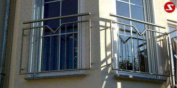 Französische Balkone sind eine Absturzsicherung. Unsere hoch qualitative französische Balkone kann man mit senkrechten Sprossen, vertikalen Reling bestellen. Bestellen Sie günstig und unkompliziert ihren französischen Balkon. Unsere französische Balkone sind zeitlos und pflegeleicht. Einfache Bestellung, Günstige Preise. Einfache Montage des franz. Balkons. Wir bieten wunderschöne französische Balkone als Absturzsicherung. Bestellen Sie günstig ihren Balkon aus Aluminium, Edelstahl-Niro oder Stahl. Bestellen Sie unkompliziert einen Modernen und praktischen franz. Balkon mit senkrechten, vertikalen Sprossen. Sehr eleganter, moderner und hoch qualitativer französische Balkongeländer gibt Ihrem Haus ein wunderschönes Design. Höchste Qualität. Einfache Bestellung und schnelle Abwicklung. Faire Preise. Produktion nach Kundenwunsch und Maß. Französischer Balkon mit senkrechten, Sprossen, vertikalem Reling, Draht aus Edelstahl, Stahl verzinkt oder Aluminium. Höchste Qualität. Faire, günstige Preise. Einfache Abwicklung. Geländer für Balkone, Terrassen mit waagrechten Sprossen. Produktion nach Kundenwunsch und nach Maß. Französischer Balkon Nr. SS1