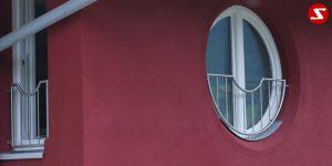 Französische Balkone sind eine Absturzsicherung. Unsere hoch qualitative französische Balkone kann man mit senkrechten Sprossen, vertikalen Reling bestellen. Bestellen Sie günstig und unkompliziert ihren französischen Balkon. Unsere französische Balkone sind zeitlos und pflegeleicht. Einfache Bestellung, Günstige Preise. Einfache Montage des franz. Balkons. Wir bieten wunderschöne französische Balkone als Absturzsicherung. Bestellen Sie günstig ihren Balkon aus Aluminium, Edelstahl-Niro oder Stahl. Bestellen Sie unkompliziert einen Modernen und praktischen franz. Balkon mit senkrechten, vertikalen Sprossen. Sehr eleganter, moderner und hoch qualitativer französische Balkongeländer gibt Ihrem Haus ein wunderschönes Design. Höchste Qualität. Einfache Bestellung und schnelle Abwicklung. Faire Preise. Produktion nach Kundenwunsch und Maß. Französischer Balkon mit senkrechten, Sprossen, vertikalem Reling, Draht aus Edelstahl, Stahl verzinkt oder Aluminium. Höchste Qualität. Faire, günstige Preise. Einfache Abwicklung. Geländer für Balkone, Terrassen mit waagrechten Sprossen. Produktion nach Kundenwunsch und nach Maß. Französischer Balkon Nr. SS10