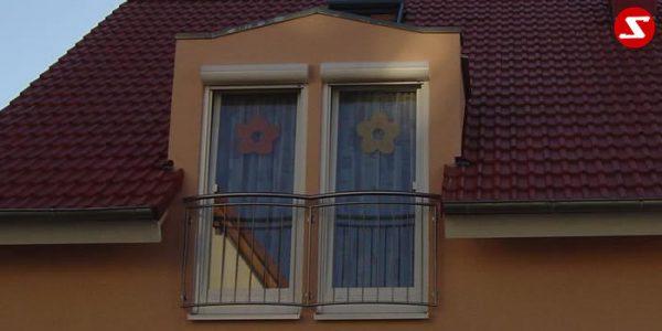Französische Balkone sind eine Absturzsicherung. Unsere hoch qualitative französische Balkone kann man mit senkrechten Sprossen, vertikalen Reling bestellen. Bestellen Sie günstig und unkompliziert ihren französischen Balkon. Unsere französische Balkone sind zeitlos und pflegeleicht. Einfache Bestellung, Günstige Preise. Einfache Montage des franz. Balkons. Wir bieten wunderschöne französische Balkone als Absturzsicherung. Bestellen Sie günstig ihren Balkon aus Aluminium, Edelstahl-Niro oder Stahl. Bestellen Sie unkompliziert einen Modernen und praktischen franz. Balkon mit senkrechten, vertikalen Sprossen. Sehr eleganter, moderner und hoch qualitativer französische Balkongeländer gibt Ihrem Haus ein wunderschönes Design. Höchste Qualität. Einfache Bestellung und schnelle Abwicklung. Faire Preise. Produktion nach Kundenwunsch und Maß. Französischer Balkon mit senkrechten, Sprossen, vertikalem Reling, Draht aus Edelstahl, Stahl verzinkt oder Aluminium. Höchste Qualität. Faire, günstige Preise. Einfache Abwicklung. Geländer für Balkone, Terrassen mit waagrechten Sprossen. Produktion nach Kundenwunsch und nach Maß. Französischer Balkon Nr. SS2