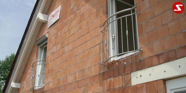 Französischer Balkon Nr. SS2 #2. Französische Balkone sind eine Absturzsicherung. Unsere hoch qualitative französische Balkone kann man mit senkrechten Sprossen, vertikalen Reling bestellen. Bestellen Sie günstig und unkompliziert ihren französischen Balkon. Unsere französische Balkone sind zeitlos und pflegeleicht. Einfache Bestellung, Günstige Preise. Einfache Montage des franz. Balkons. Wir bieten wunderschöne französische Balkone als Absturzsicherung. Bestellen Sie günstig ihren Balkon aus Aluminium, Edelstahl-Niro oder Stahl. Bestellen Sie unkompliziert einen Modernen und praktischen franz. Balkon mit senkrechten, vertikalen Sprossen. Sehr eleganter, moderner und hoch qualitativer französische Balkongeländer gibt Ihrem Haus ein wunderschönes Design. Höchste Qualität. Einfache Bestellung und schnelle Abwicklung. Faire Preise. Produktion nach Kundenwunsch und Maß. Französischer Balkon mit senkrechten, Sprossen, vertikalem Reling, Draht aus Edelstahl, Stahl verzinkt oder Aluminium. Höchste Qualität. Faire, günstige Preise. Einfache Abwicklung. Geländer für Balkone, Terrassen mit waagrechten Sprossen. Produktion nach Kundenwunsch und nach Maß.