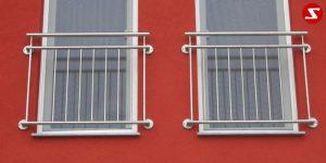 Französische Balkone sind eine Absturzsicherung. Unsere hoch qualitative französische Balkone kann man mit senkrechten Sprossen, vertikalen Reling bestellen. Bestellen Sie günstig und unkompliziert ihren französischen Balkon. Unsere französische Balkone sind zeitlos und pflegeleicht. Einfache Bestellung, Günstige Preise. Einfache Montage des franz. Balkons. Wir bieten wunderschöne französische Balkone als Absturzsicherung. Bestellen Sie günstig ihren Balkon aus Aluminium, Edelstahl-Niro oder Stahl. Bestellen Sie unkompliziert einen Modernen und praktischen franz. Balkon mit senkrechten, vertikalen Sprossen. Sehr eleganter, moderner und hoch qualitativer französische Balkongeländer gibt Ihrem Haus ein wunderschönes Design. Höchste Qualität. Einfache Bestellung und schnelle Abwicklung. Faire Preise. Produktion nach Kundenwunsch und Maß. Französischer Balkon mit senkrechten, Sprossen, vertikalem Reling, Draht aus Edelstahl, Stahl verzinkt oder Aluminium. Höchste Qualität. Faire, günstige Preise. Einfache Abwicklung. Geländer für Balkone, Terrassen mit waagrechten Sprossen. Produktion nach Kundenwunsch und nach Maß. Französischer Balkon Nr. SS4