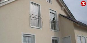 Französische Balkone sind eine Absturzsicherung. Unsere hoch qualitative französische Balkone kann man mit senkrechten Sprossen, vertikalen Reling bestellen. Bestellen Sie günstig und unkompliziert ihren französischen Balkon. Unsere französische Balkone sind zeitlos und pflegeleicht. Einfache Bestellung, Günstige Preise. Einfache Montage des franz. Balkons. Wir bieten wunderschöne französische Balkone als Absturzsicherung. Bestellen Sie günstig ihren Balkon aus Aluminium, Edelstahl-Niro oder Stahl. Bestellen Sie unkompliziert einen Modernen und praktischen franz. Balkon mit senkrechten, vertikalen Sprossen. Sehr eleganter, moderner und hoch qualitativer französische Balkongeländer gibt Ihrem Haus ein wunderschönes Design. Höchste Qualität. Einfache Bestellung und schnelle Abwicklung. Faire Preise. Produktion nach Kundenwunsch und Maß. Französischer Balkon mit senkrechten, Sprossen, vertikalem Reling, Draht aus Edelstahl, Stahl verzinkt oder Aluminium. Höchste Qualität. Faire, günstige Preise. Einfache Abwicklung. Geländer für Balkone, Terrassen mit waagrechten Sprossen. Produktion nach Kundenwunsch und nach Maß. Französischer Balkon Nr. SS5