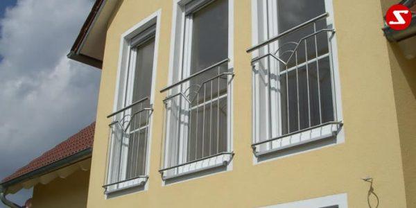 Französische Balkone sind eine Absturzsicherung. Unsere hoch qualitative französische Balkone kann man mit senkrechten Sprossen, vertikalen Reling bestellen. Bestellen Sie günstig und unkompliziert ihren französischen Balkon. Unsere französische Balkone sind zeitlos und pflegeleicht. Einfache Bestellung, Günstige Preise. Einfache Montage des franz. Balkons. Wir bieten wunderschöne französische Balkone als Absturzsicherung. Bestellen Sie günstig ihren Balkon aus Aluminium, Edelstahl-Niro oder Stahl. Bestellen Sie unkompliziert einen Modernen und praktischen franz. Balkon mit senkrechten, vertikalen Sprossen. Sehr eleganter, moderner und hoch qualitativer französische Balkongeländer gibt Ihrem Haus ein wunderschönes Design. Höchste Qualität. Einfache Bestellung und schnelle Abwicklung. Faire Preise. Produktion nach Kundenwunsch und Maß. Französischer Balkon mit senkrechten, Sprossen, vertikalem Reling, Draht aus Edelstahl, Stahl verzinkt oder Aluminium. Höchste Qualität. Faire, günstige Preise. Einfache Abwicklung. Geländer für Balkone, Terrassen mit waagrechten Sprossen. Produktion nach Kundenwunsch und nach Maß. Französischer Balkon Nr. SS6.