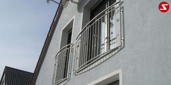 Französische Balkone sind eine Absturzsicherung. Unsere hoch qualitative französische Balkone kann man mit senkrechten Sprossen, vertikalen Reling bestellen. Bestellen Sie günstig und unkompliziert ihren französischen Balkon. Unsere französische Balkone sind zeitlos und pflegeleicht. Einfache Bestellung, Günstige Preise. Einfache Montage des franz. Balkons. Wir bieten wunderschöne französische Balkone als Absturzsicherung. Bestellen Sie günstig ihren Balkon aus Aluminium, Edelstahl-Niro oder Stahl. Bestellen Sie unkompliziert einen Modernen und praktischen franz. Balkon mit senkrechten, vertikalen Sprossen. Sehr eleganter, moderner und hoch qualitativer französische Balkongeländer gibt Ihrem Haus ein wunderschönes Design. Höchste Qualität. Einfache Bestellung und schnelle Abwicklung. Faire Preise. Produktion nach Kundenwunsch und Maß. Französischer Balkon mit senkrechten, Sprossen, vertikalem Reling, Draht aus Edelstahl, Stahl verzinkt oder Aluminium. Höchste Qualität. Faire, günstige Preise. Einfache Abwicklung. Geländer für Balkone, Terrassen mit waagrechten Sprossen. Produktion nach Kundenwunsch und nach Maß. Französischer Balkon Nr. SS9