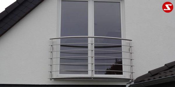 Französische Balkone sind eine Absturzsicherung für Bodentiefen Fenster und Türen. Unsere hoch qualitative französische Balkone kann man mit waagrechten Sprossen, quer Stangen bestellen. Bestellen Sie günstig und unkompliziert ihren französischen Balkon. Unsere französische Balkone sind zeitlos und pflegeleicht. Einfache Bestellung und Abwicklung. Günstige Preise. Einfache Montage des französischen Balkons. Bestellen Sie günstig ihren Balkon aus Aluminium, Edelstahl-Niro oder Stahl. Französischer Balkon ist modernen und praktisch. Sehr eleganter, moderner und hoch qualitativer französischer Balkon gibt Ihrem Haus ein wunderschönes Design. Höchste Qualität. Einfache Bestellung und schnelle Abwicklung. Faire Preise. Produktion nach Kundenwunsch und Maß. Französischer Balkon mit waagrechten sprossen-horizontalen Sprossen, -quer Reling-Draht aus Edelstahl, Stahl verzinkt oder Aluminium. Französischer Balkon Nr. WS1 #2